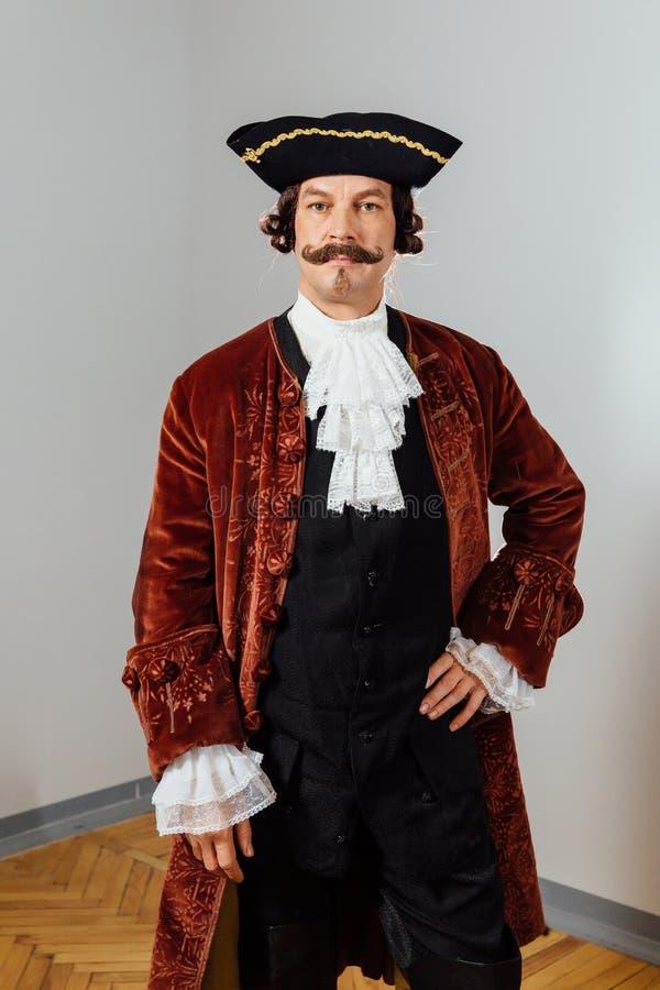 Homem excêntrico Mustachioed na roupa do vintage do barão Chapéu tricorn, revestimento marrom fotos de stock