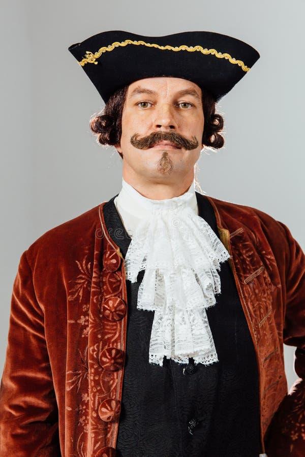 Homem excêntrico Mustachioed na roupa do vintage do barão Chapéu tricorn, revestimento marrom fotografia de stock royalty free