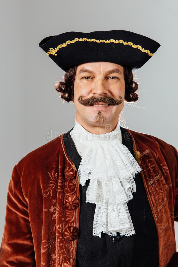 Homem excêntrico Mustachioed na roupa do vintage do barão Chapéu tricorn, revestimento marrom imagens de stock royalty free