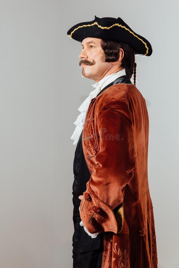 Homem excêntrico Mustachioed na roupa do vintage do barão Chapéu tricorn, revestimento marrom imagem de stock