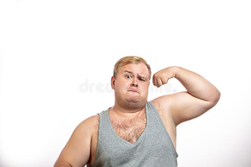 Homem excesso de peso engraçado dos esportes que dobra seu músculo isolado no fundo branco imagem de stock royalty free