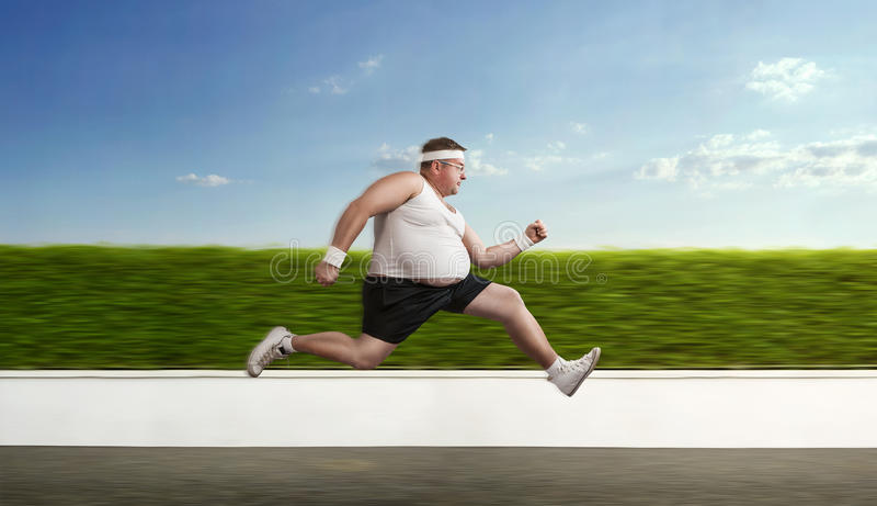 Homem excesso de peso engraçado na corrida foto de stock