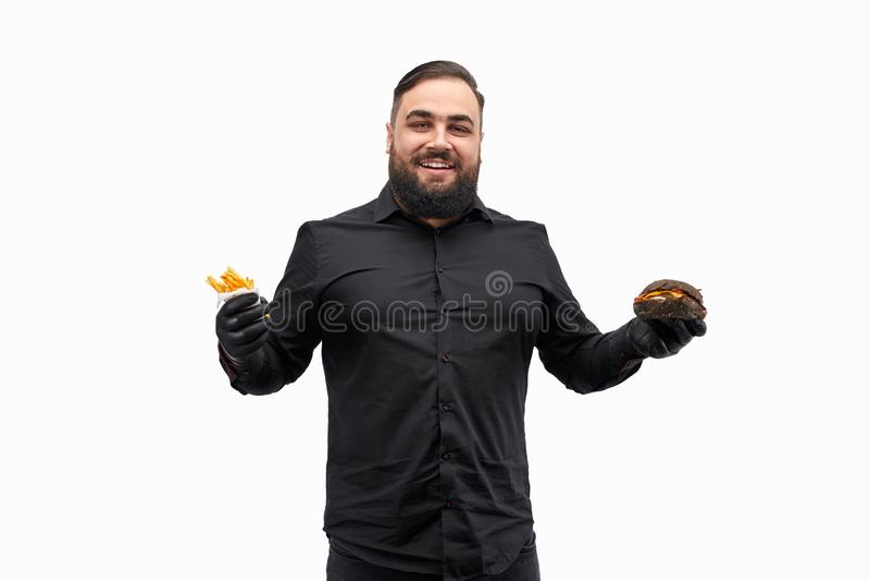 Homem excesso de peso feliz com hamburguer e batatas fritas foto de stock