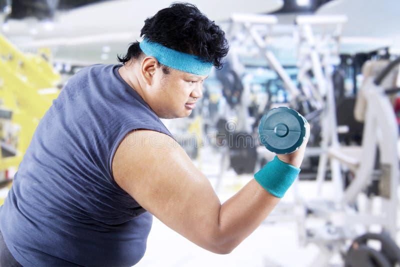 Homem excesso de peso que faz a aptidão 3 imagem de stock