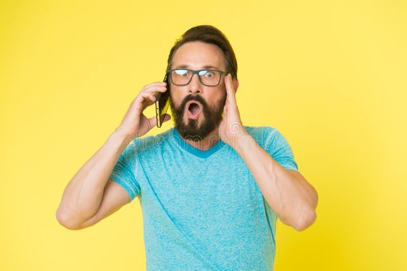 Homem excitado sobre oportunidades do telefone celular Smartphone alegre do uso do moderno Usuário feliz do homem do smartphone m fotografia de stock