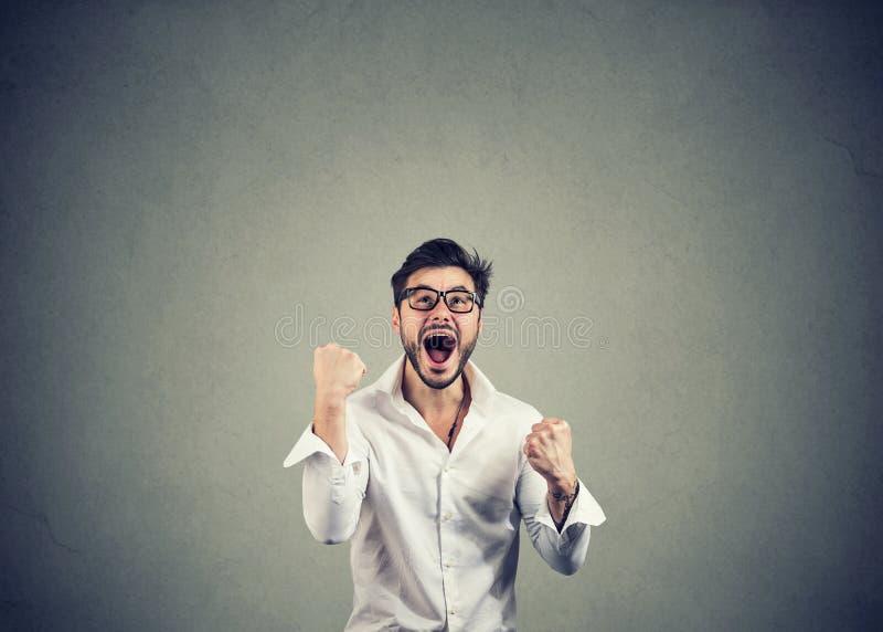 Homem Excited que comemora uma vitória imagem de stock