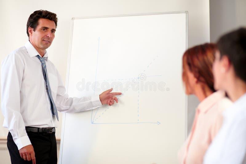 Homem executivo que trabalha em sua apresentação fotos de stock royalty free