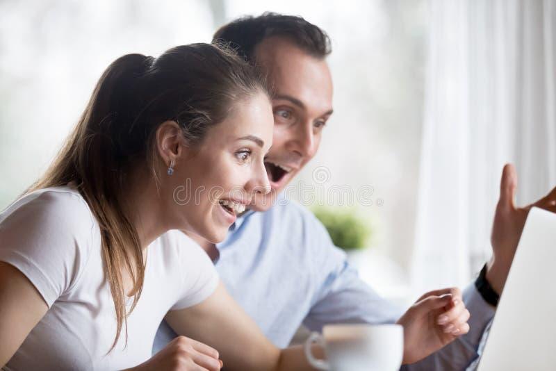 Homem extático e mulher felizes obter a boa notícia imagens de stock royalty free
