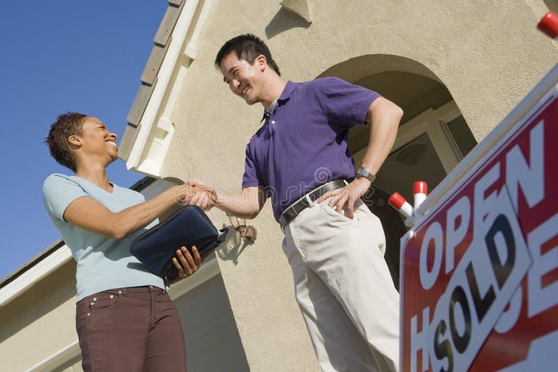 Homem fêmea de Shaking Hands With do agente imobiliário foto de stock