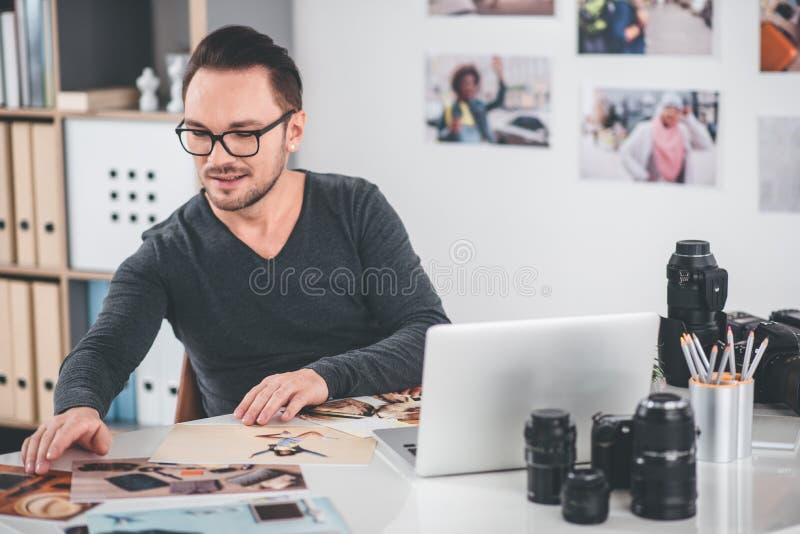 Homem farpado alegre que olha fotos imagem de stock royalty free