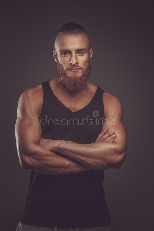 Homem farpado atlético na camisa preta de t fotos de stock royalty free