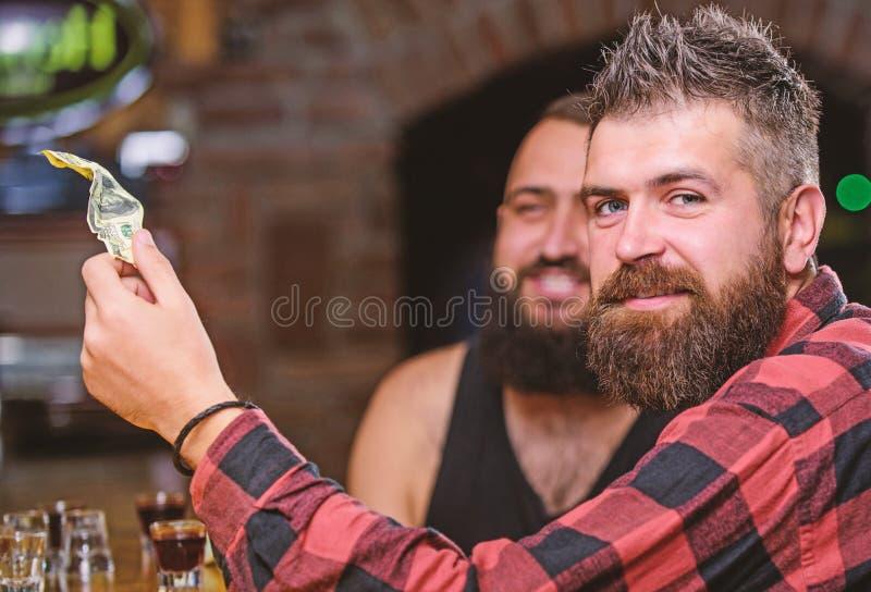 Homem farpado brutal do moderno para gastar o lazer com o amigo no contador da barra Bebidas da ordem no contador da barra Homens imagem de stock royalty free
