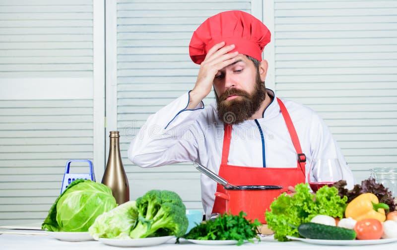 Homem farpado cansado receita do cozinheiro chefe Alimento biológico de dieta Salada do vegetariano com legumes frescos Culinária imagem de stock
