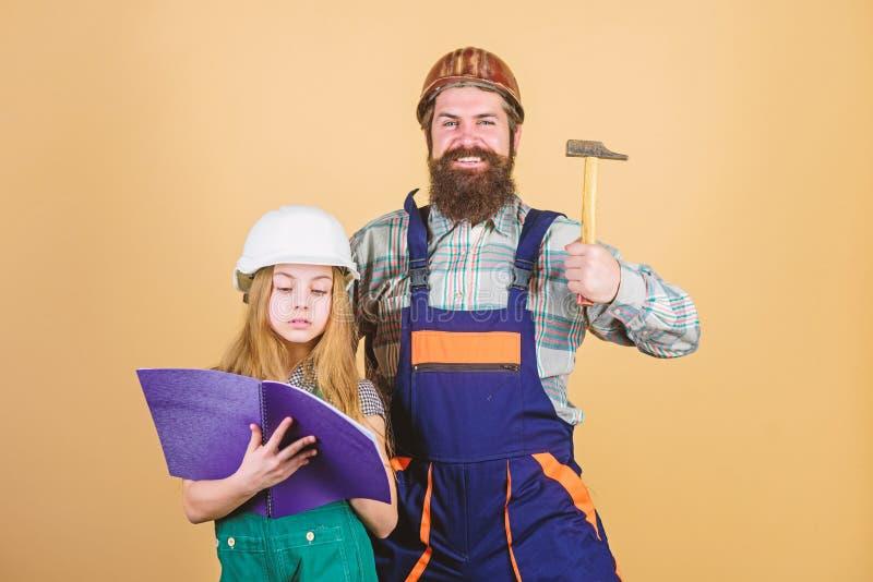 Homem farpado com menina fatherhood Educa??o da engenharia assistente de constru??o Fam?lia Ind?stria ferramentas para fotografia de stock royalty free