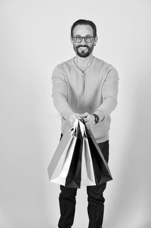 Homem farpado com sacos de compras Sacos de compras à disposição de homem foto de stock royalty free