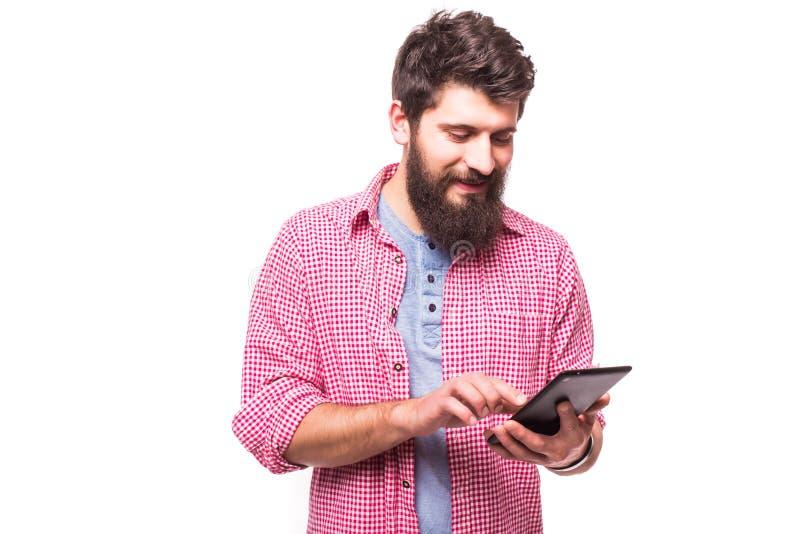 Homem farpado concentrado do moderno com tabuleta digital imagem de stock royalty free