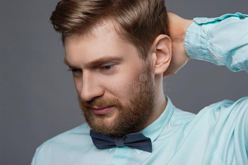 Homem farpado considerável no laço imagem de stock royalty free