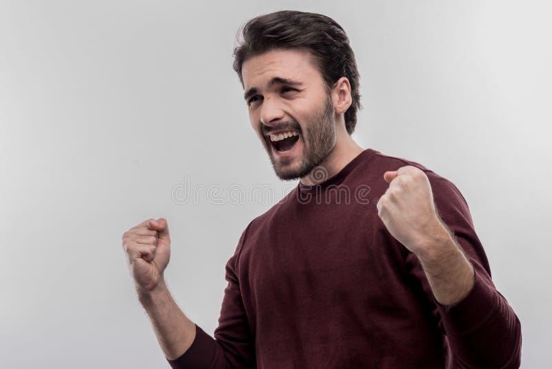 Homem farpado de cabelo escuro que sente extremamente emocional após a conversação fotografia de stock
