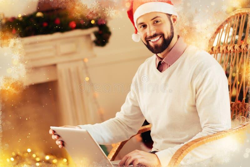 Homem farpado de irradiação que sente extremamente feliz antes da festa de Natal imagens de stock royalty free