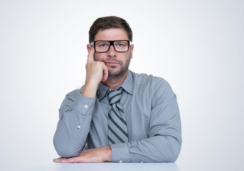 Homem farpado de pensamento com vidros e laço Eu penso, conceito fotografia de stock