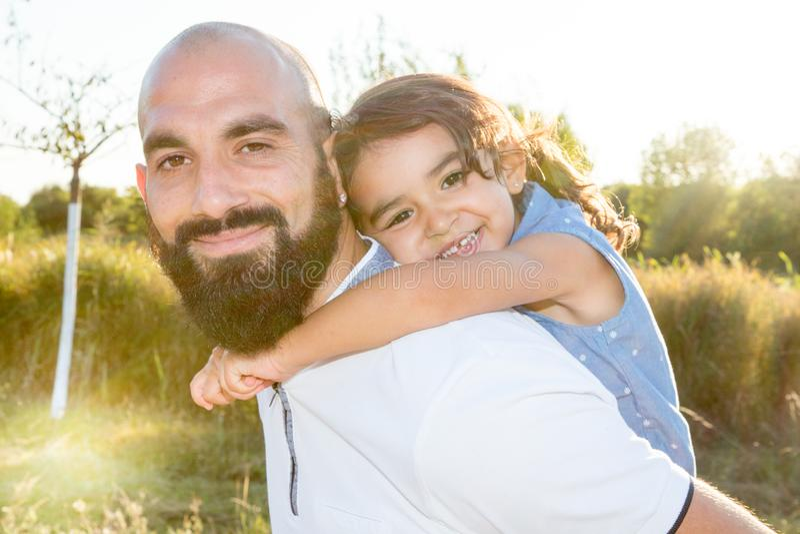 homem farpado do pai do moderno com a filha bonita da menina da jovem criança fotos de stock royalty free