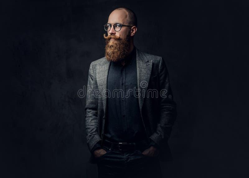 Homem farpado do ruivo em um terno fotografia de stock royalty free