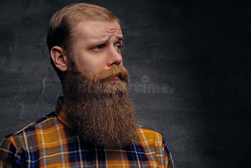 Homem farpado do ruivo em uma camisa amarela fotografia de stock royalty free