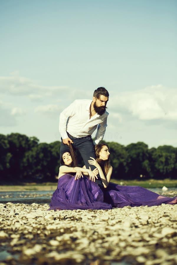 Homem farpado e duas mulheres exteriores fotografia de stock
