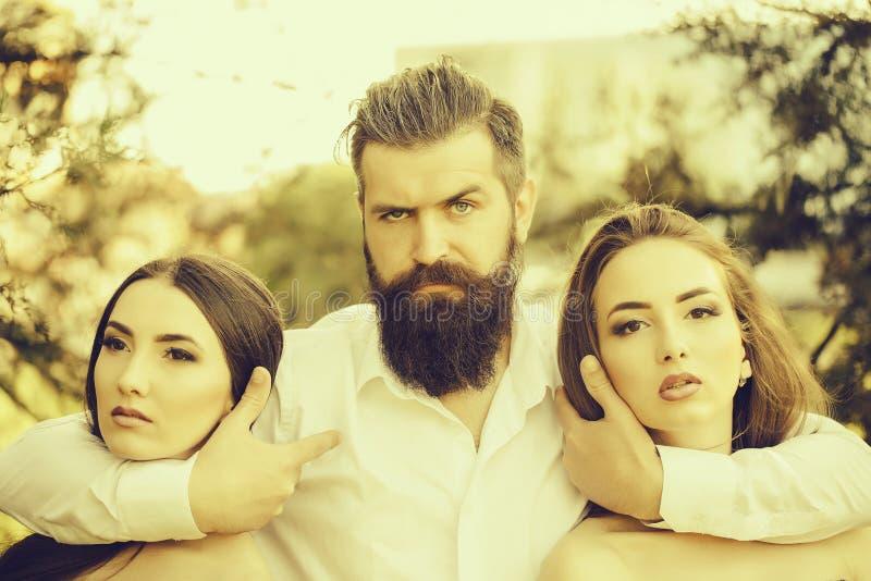 Homem farpado e duas mulheres exteriores fotos de stock royalty free