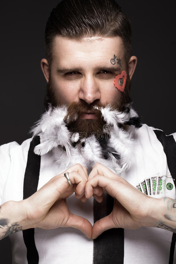 Homem farpado engraçado com penas e asas na imagem do dia do ` s do Valentim do cupido fotos de stock