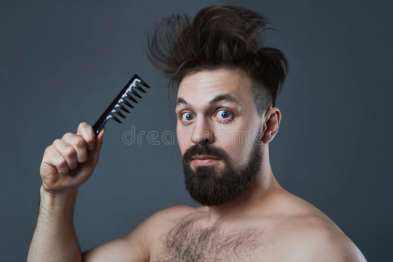 Homem farpado engraçado com pente foto de stock royalty free