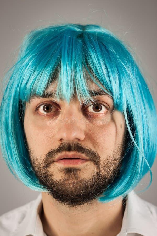 Homem farpado engraçado com peruca imagens de stock
