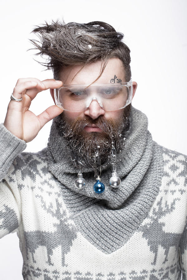 Homem farpado engraçado em uma imagem do ` s do ano novo com neve e decorações em sua barba Festa do Natal imagens de stock
