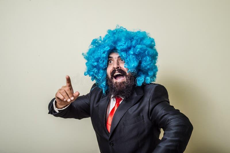 Homem farpado engraçado louco com peruca azul foto de stock royalty free