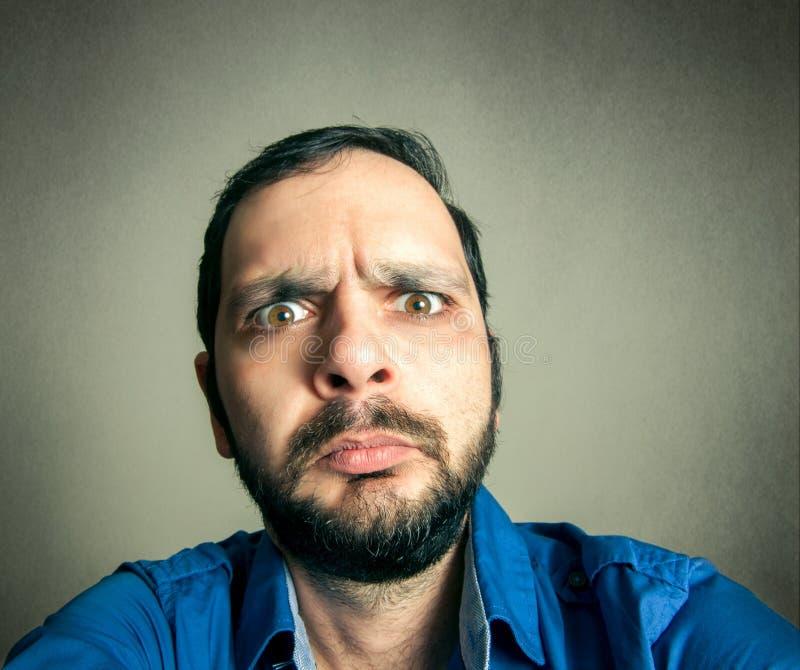 Homem farpado engraçado que toma o selfie fotos de stock