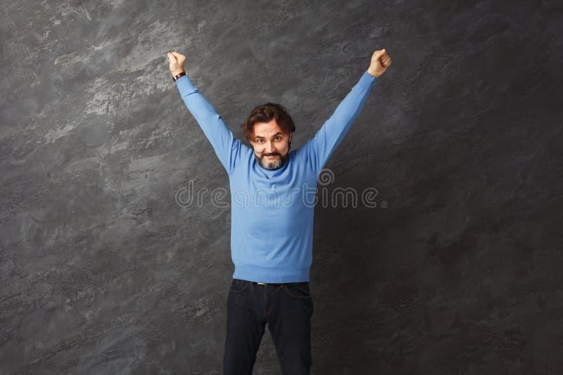Homem farpado entusiasmado muito contente ao sucesso foto de stock royalty free