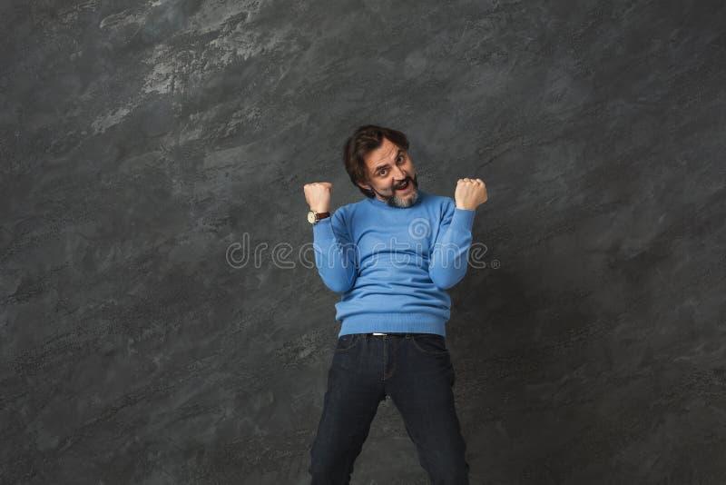Homem farpado entusiasmado muito contente ao sucesso imagens de stock