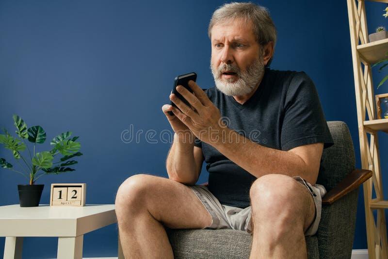 Homem farpado idoso com desease de alzheimer fotos de stock