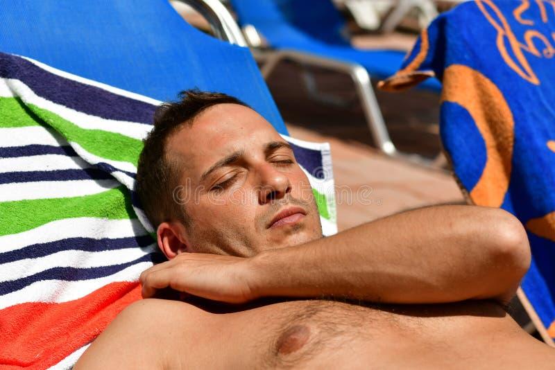 Homem farpado na praia foto de stock royalty free