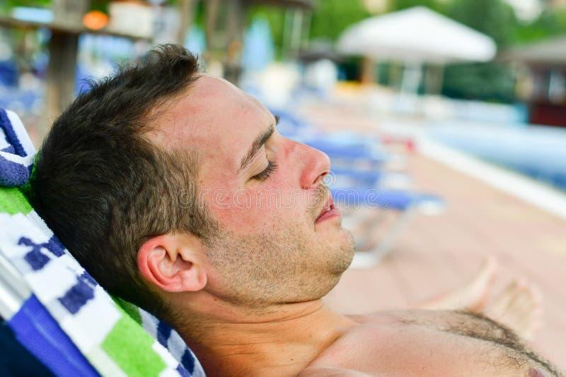 Homem farpado na praia fotografia de stock royalty free