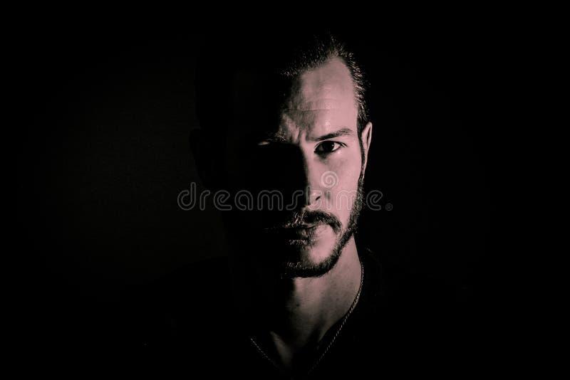 Homem farpado nas sombras fotografia de stock