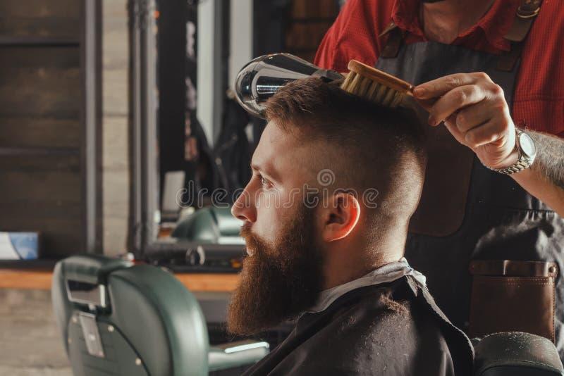 Homem farpado no barbeiro fotografia de stock