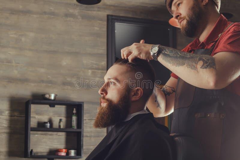 Homem farpado no barbeiro fotografia de stock royalty free