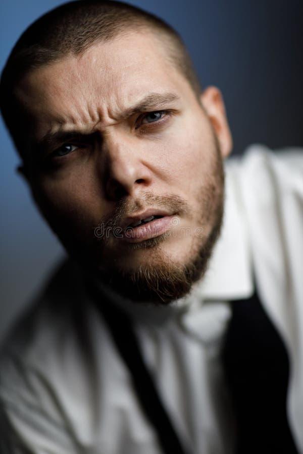 Homem farpado novo em uma camisa e em um laço brancos foto de stock royalty free