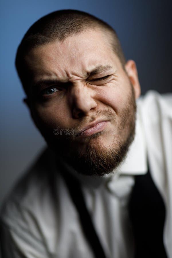 Homem farpado novo em uma camisa e em um laço brancos fotografia de stock royalty free