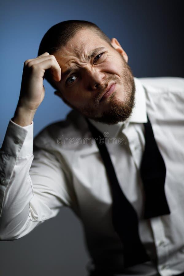 Homem farpado novo em uma camisa e em um laço brancos imagem de stock royalty free