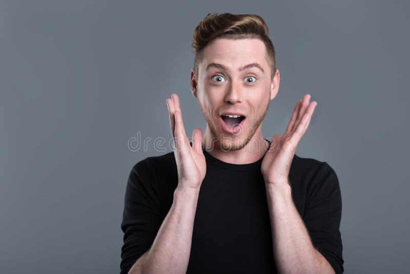 Homem farpado novo surpreendido foto de stock