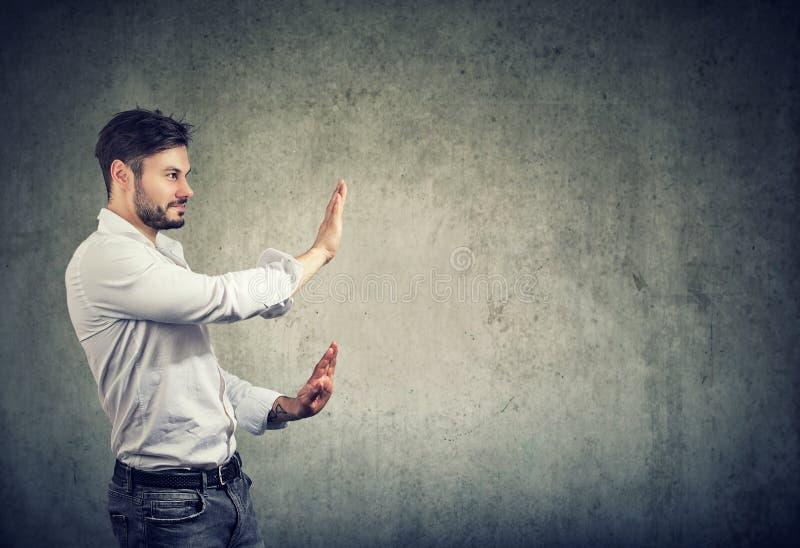 Homem farpado que faz o gesto da parada imagem de stock royalty free