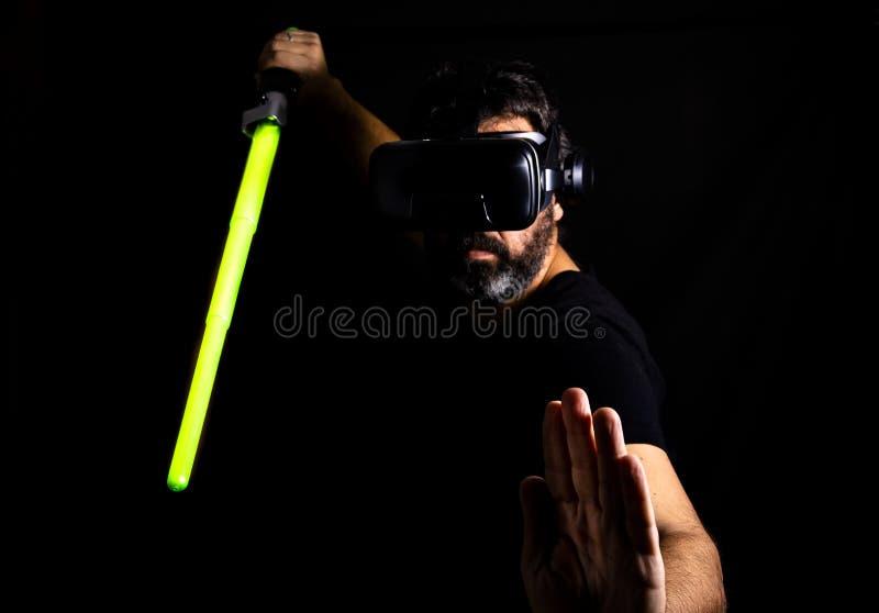 Homem farpado que joga o jogo da realidade virtual imagens de stock
