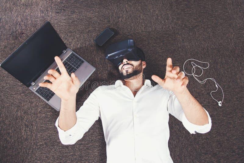 Homem farpado que usa óculos de proteção da realidade virtual imagens de stock